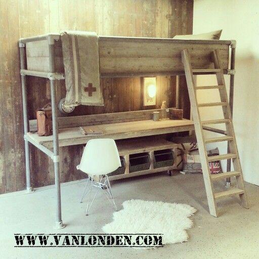 Hoogslaper met bureau van steigerhout en steigerbuizen. www.vanlonden.com
