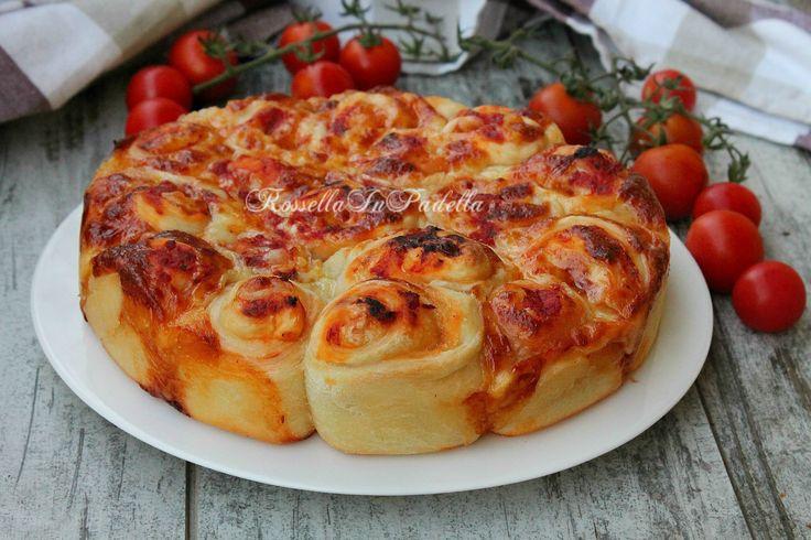 Pizza di rose pomodoro e mozzarella