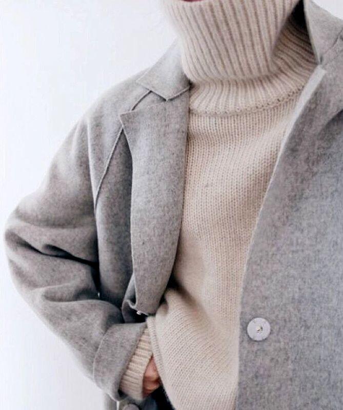 Plus que jamais cette saison, le pull col roulé se porte le col déroulé (instagram Débora Rosa)