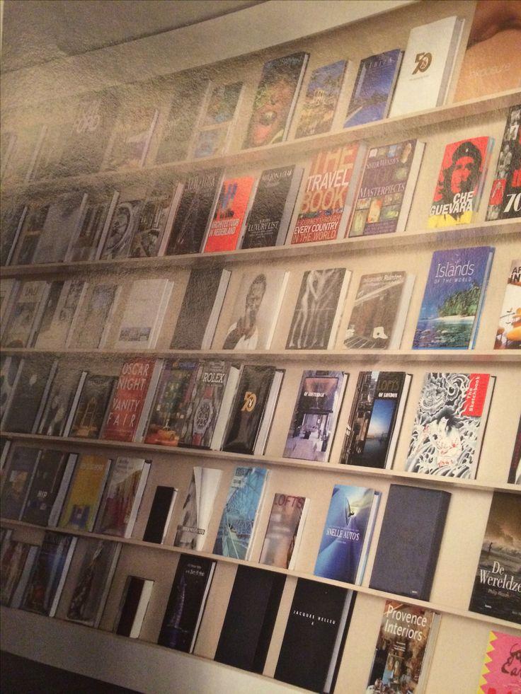 Mooie boekenwand voor koffietafel boeken