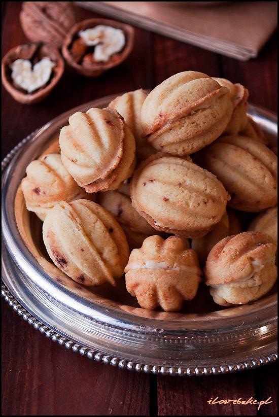Orzeszki to nic innego jak kruche ciasteczka wypiekane w specjalnej patelni. Uzyskują fajny kształt podobny do orzechów włoskich. Nadziewane…