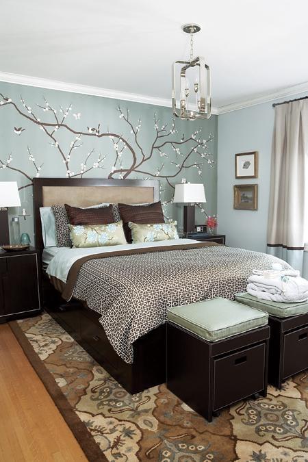 moderno dormitorio cuarto habitacion pintado de azul con un arbol