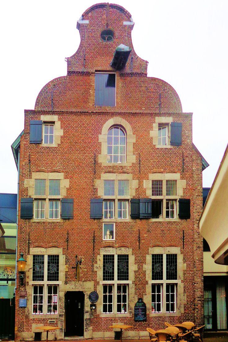 Midden in het moderne overdekte winkelcentrum is de 16e-eeuwse Taverne De Oude Munt vernuftig opgenomen. Tot 1568 werden hier munten, waaronder de Martinusdaalders, geslagen in opdracht van de graaf van Horne. Aan de buitenkant van de winkelpassage zie je pas hoe mooi de Maaslandse gevel uit de 17e eeuw is. Het gebouw is in 1974 gerestaureerd.