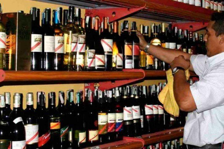 <p>El expendio de bebidas alcohólicas estará suspendido en todo el país los días 9, 13, 14 y 16 de abril, tal como lo establece la resolución 72 de la Gaceta Oficial que circula este viernes, informó el ministro de Interior, Justicia y Paz, Néstor Reverol. Indicó que con el objetivo de proteger a los temporadistas también está prohibido el desplazamiento en vehículos con bebidas alcohólicas destapadas y aclaró que las bebidas deben llevarse en las maleteras.</p>