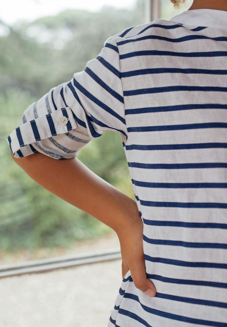 Chemise pour enfant à rayures bleu marine.  La chemise Arthur en coton et lin possède une rayure bleu marine, pour un style marin chic casual qui a le vent en poupe !