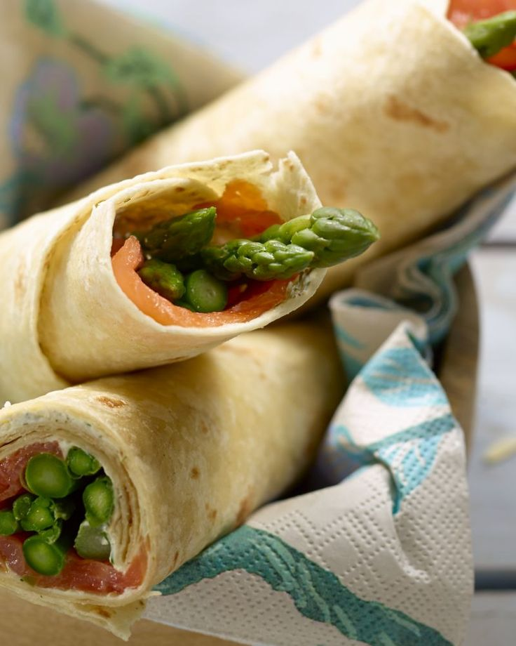 Deze wraps met gerookte zalm en gegrilde asperges en kruidenkaas kunnen zowel dienen als originele lunch, of als verrassend hapje.