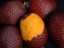 """Frutas Amazonas - Buriti, de cor castanho-avermelhado, possui polpa amarela, utilizada no preparo de """"vinho de buriti"""", licores, sorvetes, cremes e geleias. Da polpa é extraído um óleo comestível com altos teores de vitamina A e C, também usado contra queimaduras."""