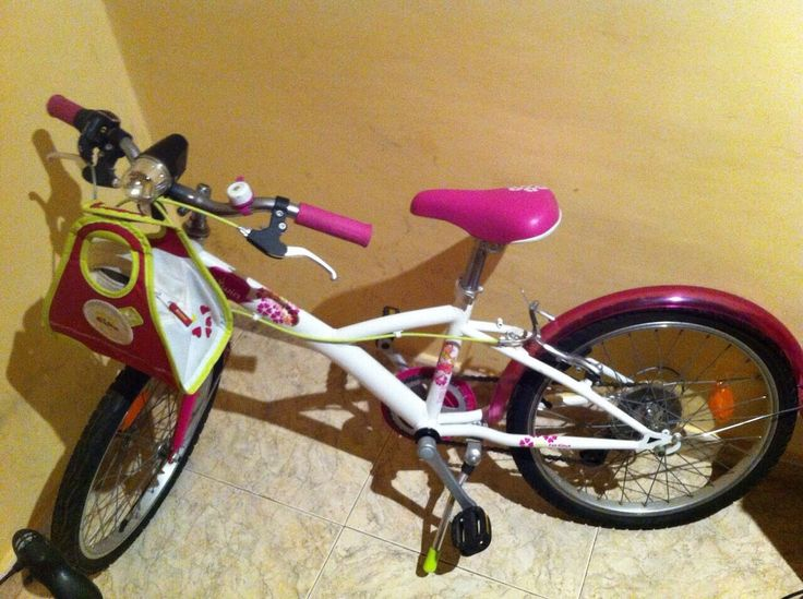 Bicicleta para niña (6 a 12 años): Bicicleta para niña , de siete años de color rosa , con bolso deportivo , en muy buen estado.  Causa beneficiada: Becas para huérfanos en Dzanja