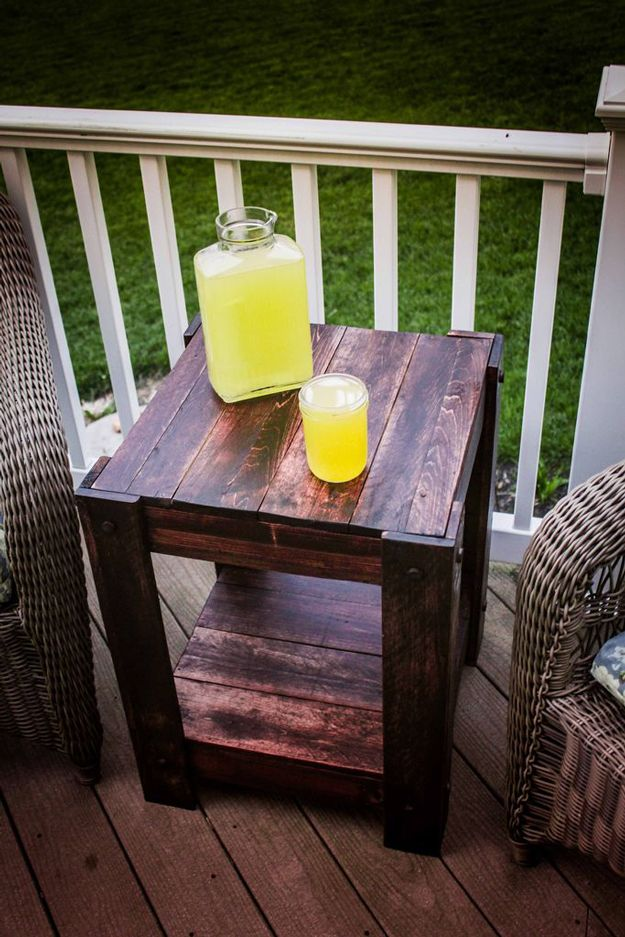 Pallet End Table | Easy DIY Pallet Outdoor Furniture by DIY Ready at http://diyready.com/diy-pallet-projects-outdoor-furniture/