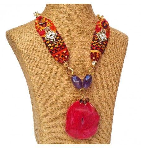 Collares inspirados en textiles Guatemaltecos, con una visión moderna y elegante. Creamos piezas únicas, hechas artesanalmente, reutilizando cintas guatemaltecas, cristales de swarovski y piedras naturales semipreciosas como ágatas, jades, lapislázuli y cuarzos.  Look bohochic, boho, etnico y chic