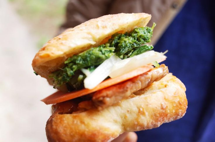 先週の刈水デザインマーケットでだした雲仙野菜サンドイッチ。ダンディゾン木村シェフが特別に作ってくれたチャパタに、スモークしたテンペ、春菊で作ったペースト、岩崎さんの人参と水菜を挟みました。隠し味は味噌とピーナッツバター。うまし。(ORGANIC_BASE)
