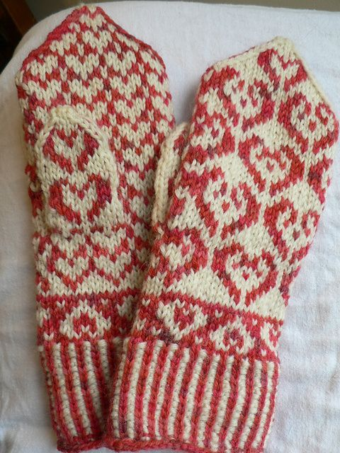 Colorwork heart mittens, free pattern...I may have to make these for ME! (As in MYSELF, not Mary Engelbreit. Although, she might like a pair...they are in her color!)