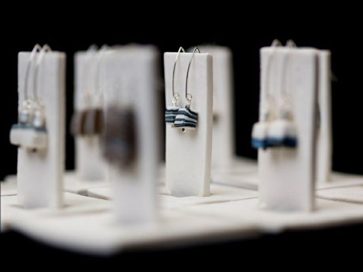 CHEVEUX DE LIN  Juwelen uit ongeglazuurde porselein.  Op hoge temperatuur gebakken, transformeert porselein in zeer harde materie. Ongeglazuurd blijft de textuur mat, waardoor de hard gebakken porseleinhuid zo zacht als satijn aanvoelt.  Deze unieke, verfijnde, stijlvolle juwelen die ook makkelijk draagbaar zijn, vind je op Supermercado.  www.cheveuxdelin.be