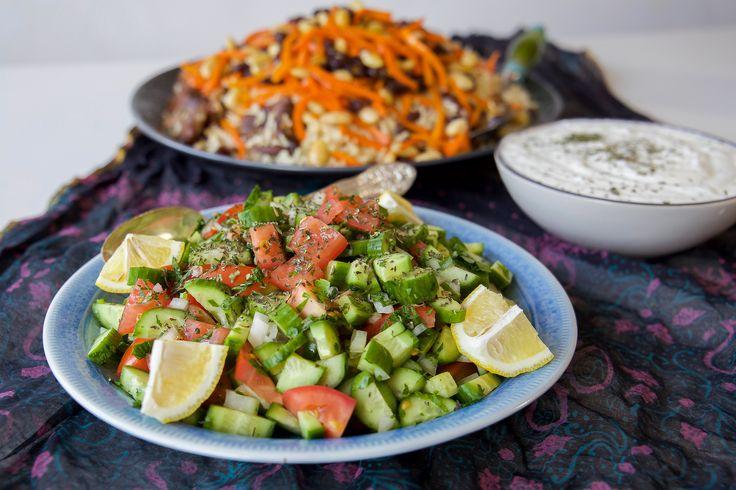Klassisk afghansk sallad som går att variera efter smak. Basen är gurka, gärna små gurkor, tomat, citron och mynta. Du kan tillsätta degrönsaker dusjälvtycker om, det mesta funkaralldeles utmärkt attblandas i. Fräscht och gott. 4 portioner sallad 3-4 små gurkor eller 1 vanlig gurka 2 tomater 1 liten bit gul lök 1 liten bunt persilja 2 msk torkad mynta 1 citron 2 msk olivolja Salt TIPS! Du kan tillsätta paprika och salladslök i salladen. Gör såhär: Hacka alla grönsaker och låt rinna av…