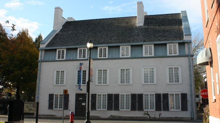 Le manoir de Tonnancour est une vaste résidence bourgeoise urbaine érigée entre 1795 et 1797, à partir d'une demeure plus ancienne partiellement détruite par un incendie. Il s'agit d'un des rares exemples d'utilisation d'un toit mansardé au tournant du 19e siècle. Cette forme de charpente est interdite en Nouvelle-France parce que trop inflammable. © Ministère de la Culture et des Communications, Sylvain Lizotte 2013 #RPCQ #TroisRivieres #50PatrimoineTR #TresTR