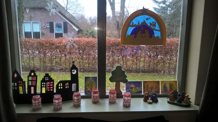Kerst tafereel in de vensterbank.