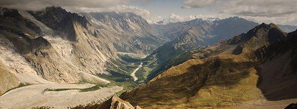 valle d'Aosta, erra dominata dalle cime più alte d'Europa: il Cervino e il Monte Rosa, situati al confine con la Svizzera; il Monte Bianco, la vetta più alta d'Europa condivisa con la Francia. E ancora il Gran Paradiso, al confine con il Piemonte, unico quattromila interamente in territorio italiano.