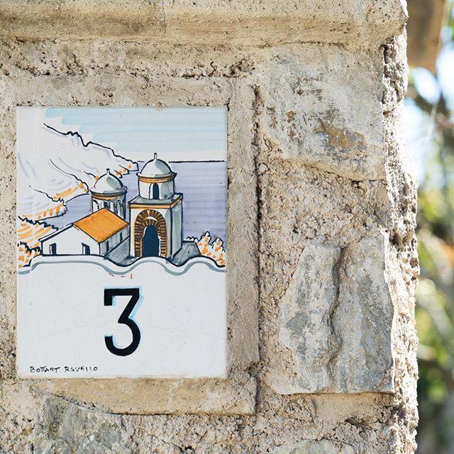 Vorgestern konnten wir einige Sonnenstrahlen in Ravello geniessen.  Die Hausnummern der Häuser sind hier alle mit diesen herzigen Schildchen beschriftet.  . . . . . . . . #ravello #costieraamalfitana #amalficoast #amalfiküste #ravelloitaly #ig_amalficoast #ig_ravello #ig_italy #campagna #hausnummer #art #handpainted #ravelloart