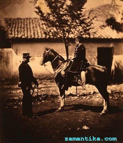 1853–1856 yılları arasındaOsmanlı İmparatorluğu, İngiltere, Fransa, Sardunya ile Rusya arasında meydana gelen Kırım Savaşı 19.yüzyılın en önemli olaylarından biridir. 240.000 kişinin hayatını kaybettiği savaş Rusya'nın yenilgisi ile sonuçlanmıştı.Kırım Savaşı sadece askeri ve politik bakımdan değil fotografçılık tarihi açısından da önemli bir tarihi olaydır. Fotoğrafçılığın emekleme günleri olmasına rağmen ilk savaş fotoğrafçılığı ve fotojurnalizm Kırım Savaşı sırasında Roger Fenton…