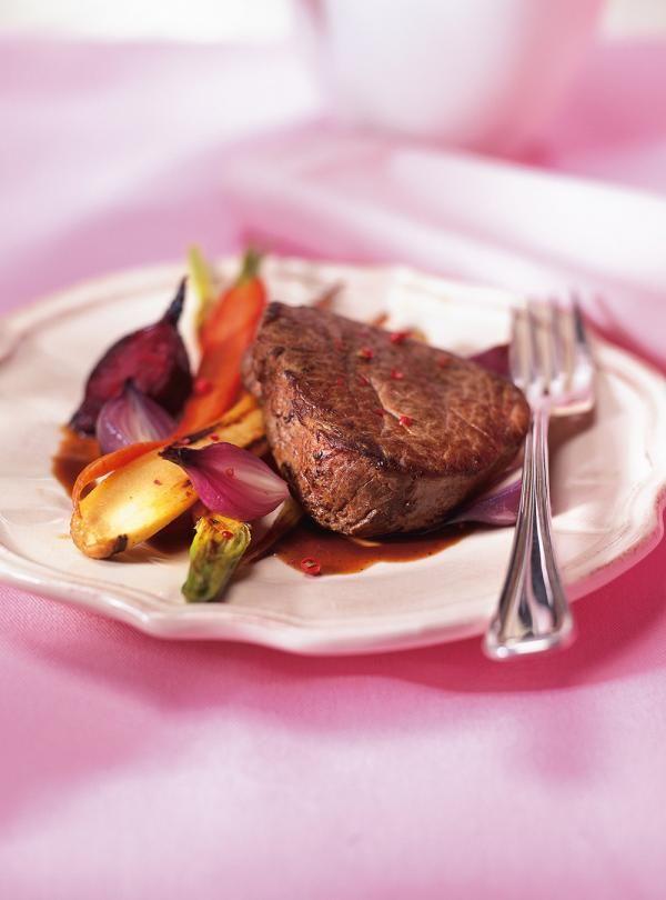 Recette du chef Ricardo. Une recette de filet mignon avec des légumes racines caramélisés. Une recette à faire pendant les fêtes et qui comblera vos convives.