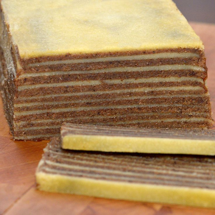 Spekkoek recept om zelf zo'n heerlijk kruidige Nederlands-Indische lapis legit laagjescake te maken. Bak je mee?