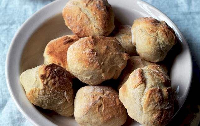 Det tager kun 10 minutter at lave dejen, og så kan du bage friske boller til morgenmaden, mens du er i brusebad.