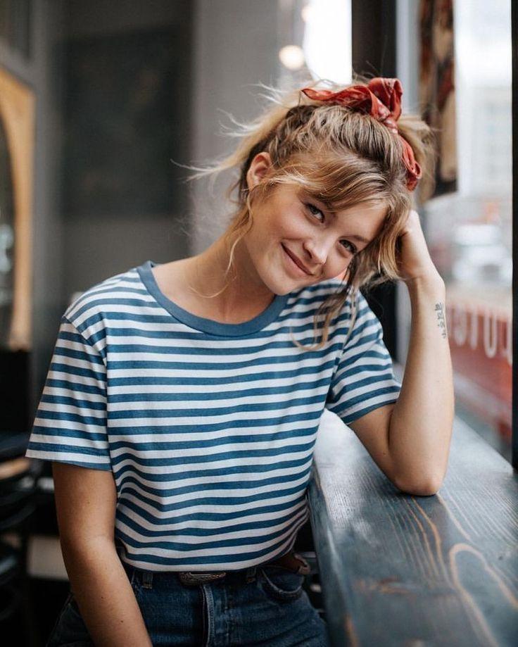 Gestreiftes Shirt und süßes auffälliges Haarban…