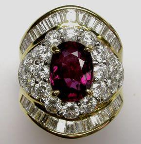 Un prezioso da mille e una notte: anello in oro giallo con diamanti taglio baguette e brillante e rubino taglio ovale. Lo trovi da easyOro, piazzetta Pinchetti 1, Como