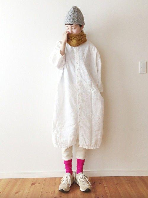 これは昨日の:) 白のニットレギンスに白のワンピース、ド派手なピンクの靴下を合わせてニューバランスを
