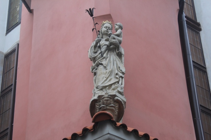 Rzeźba na rogu budynku Muzeum Archeologicznego. Ul. Wodna/Klasztorna.