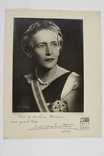 ÉLISABETH DE GRÈCE (1894-1956) Reine de Grèce; princesse de Roumanie, elle épousa en 1921 le Roi Georges II de Grèce, dont elle divorça en 1935.Photographie avec dédicace autographe signée «Elisabeta», 1955