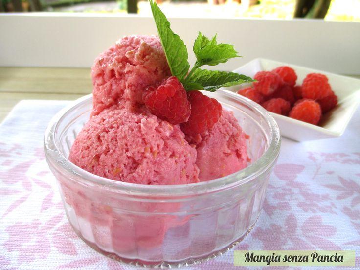 """Un delizioso e soffice sorbetto ai lamponi con yogurt, ovvero uno """"sherbet""""! Si prepara con soli 3 ingredienti e non c'è bisogno della gelatiera."""
