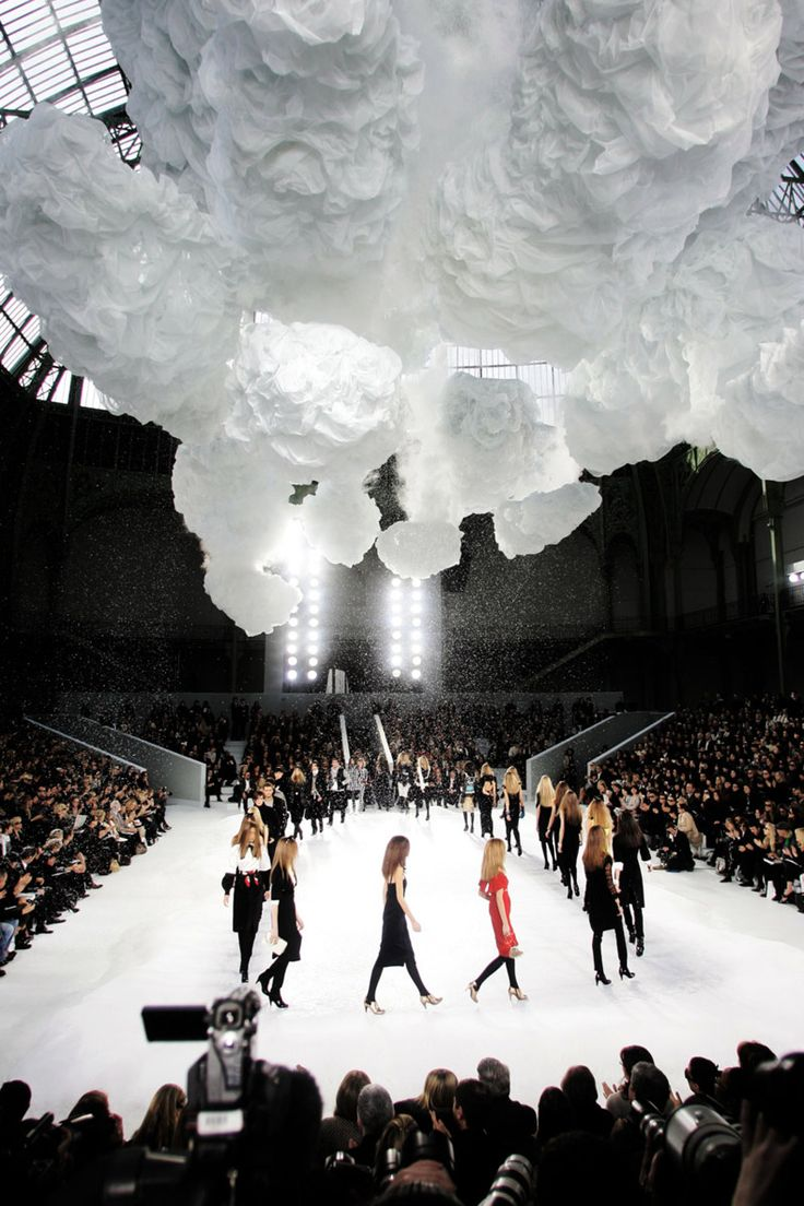 Chanel Fall/Winter 2007 RTW runway finale during Paris Fashion Week.