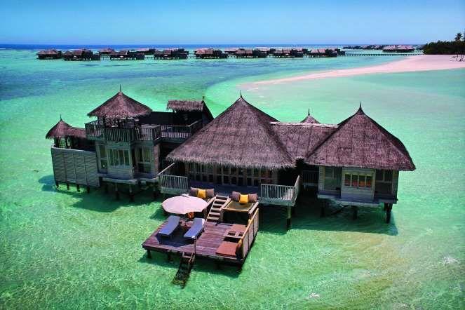 O mar azul-turquesa das Maldivas abraça os bangalôs do Gili Lankanfushi, o melhor hotel do mundo em ... - Divulgação HPL Hotels & Resorts