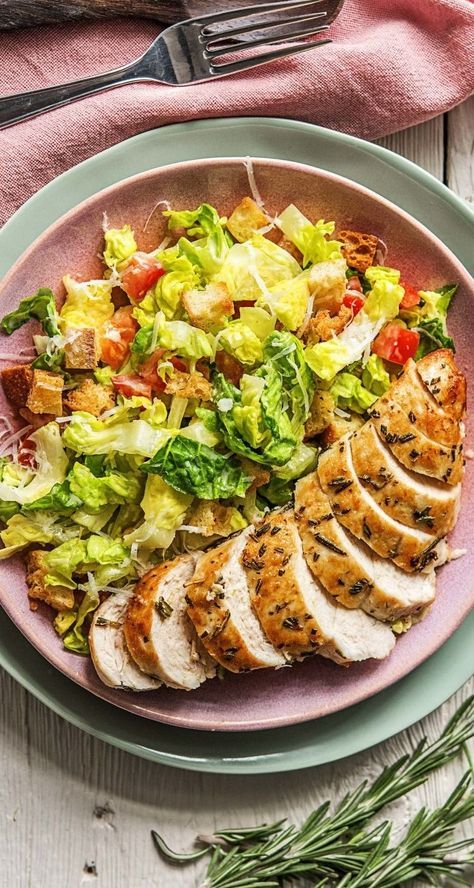 rosmarin hahnchenbrust angerichtet auf caesar salat mit selbstgemachten croutons