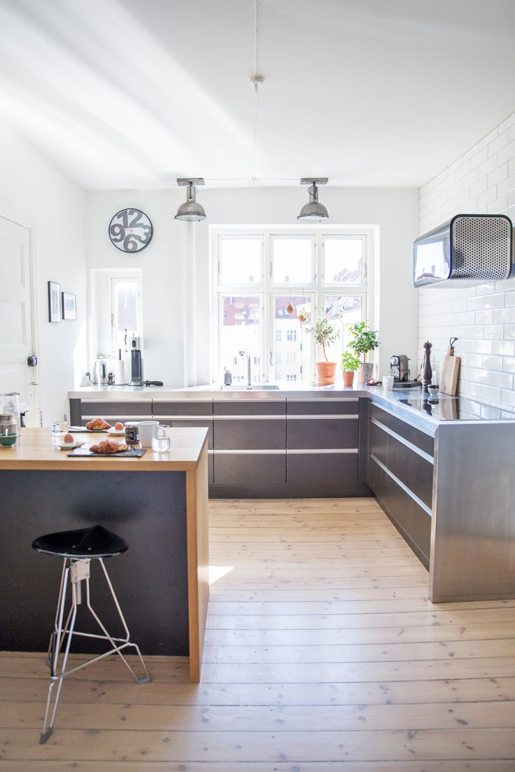Diese helle, moderne Küche ist ein Traum! Glatte Oberflächen und edles Material. Und wie schön ist bitte diese Designer-Dunstabzugshaube?!