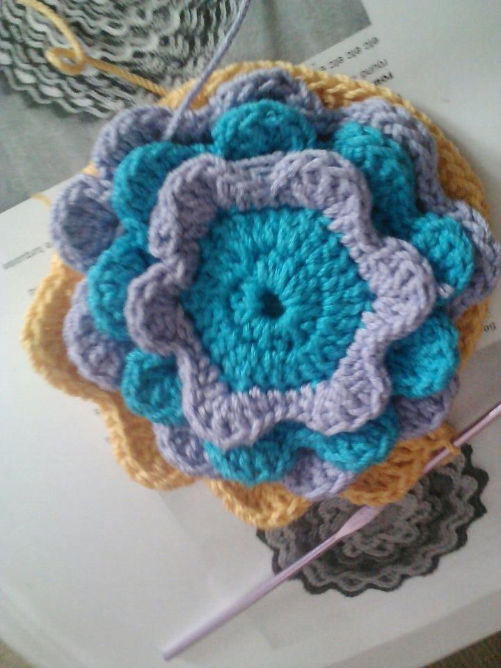 Florecilla de ganchillo en proceso (aun no se si será un cojín, un bolso o que...)