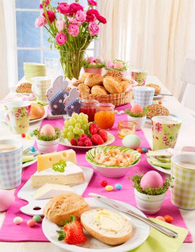 Festlich gedeckter Tisch für einen Oster-Brunch