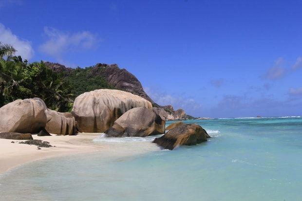 Profiter d'une eau translucide à La Digue aux Seychelles La célèbre Anse Source d'Argent à La Digue (Seychelles) est un passage obligé pour les amoureux de baignades en eaux claires. Nichée au milieu des rochers si typiques de la région, cette plage de sable blanc séduit par son authenticité. Reposez-vous quelques instants devant ce paysage idyllique avant de profiter d'un bain relaxant dans le lagon.