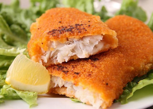 El pescado es delicioso y si lo comemos con un buen empanizado mucho mejor. Eso haremos hoy: filete de pescado empanizado, que no te tomará más de unos minutos en tener listo y que será bueno con toda la familia. Te daré dos formas de cocción: frita u horneada. En ambos casos quedará un plato perfecto.Aprende ah