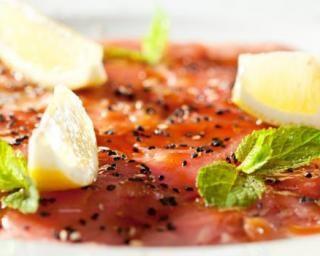 Carpaccio de thon Croq'Kilos au citron et aux graines : http://www.fourchette-et-bikini.fr/recettes/recettes-minceur/carpaccio-de-thon-croqkilos-au-citron-et-aux-graines.html