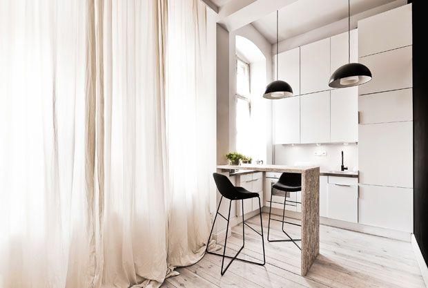 29 mq - Cucina nei toni del bianco e del nero e tende trasparenti e leggere alla finestra per fare entrare massima luce. Nell'appartamento l'arredo è tutto su misura, come questo mini tavolo in compensato. Fo