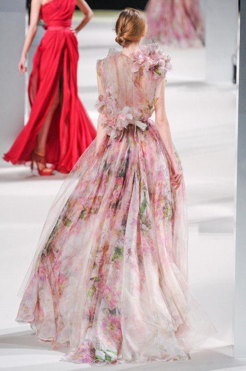Wedding dress nggak harus selalu putih atau warna polos kan? Motif bunga gini lucu juga buat garden theme wedding yg santai.