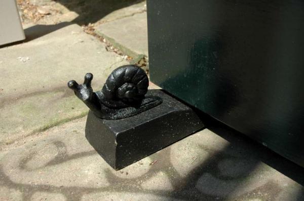 Öntöttvas ajtókitámasztó ékek állatfigurákkal, fekete színben. Választható teknős, mókus, csiga béka figura.