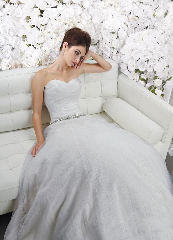 Chic sleeveless A-line floor-length bridal gowns: Dresses Wedding, Princesses Dresses, Wedding Dressses, Bodice Wedding Dress, Aline Floorlength, Ball Gowns, Wedding Dresses, Chic Sleeveless, Bridal Gowns