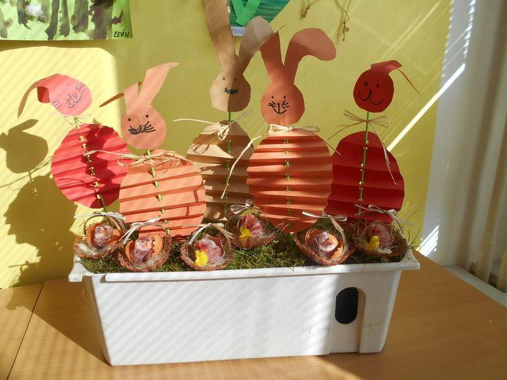 Velikonoční zajíčci v mechu.