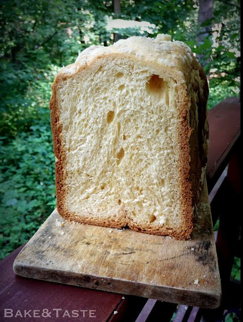 """1/3 szklanki mleka, letniego     100 g masła, roztopionego i przestudzonego (*masło można rozpuścić od razu w mleku)     1/4 szklanki oleju rzepakowego      2 jajka, roztrzepane     1/2 szklanki cukru      pół płaskiej łyżeczki soli     3 szklanki mąki pszennej (pełne, z lekkim """"czubkiem"""" - 450 g)     łyżeczka drożdży instant (mała miarka)"""