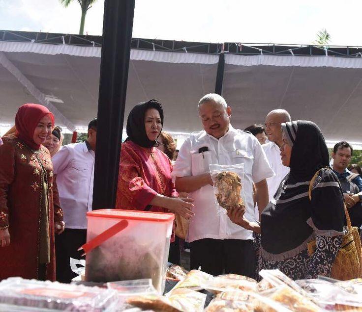 Support kegiatan istri, Gubernur Sumsel Alex Noerdin hadiri acara launching Bazaar Ramadhan di halaman kantor DPRD Provinsi Sumatera Selatan #AlexNoerdin #ANforRI