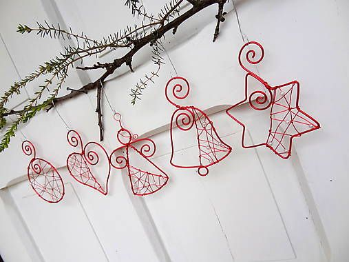 ... tak trochu iné ozdôbky na stromčeku... Dekorácie zhotovené z hliníkového drôtu červenej farby a bielych perličiek ...na stromček, na stenu, do okna, na záclonu ! Sad...