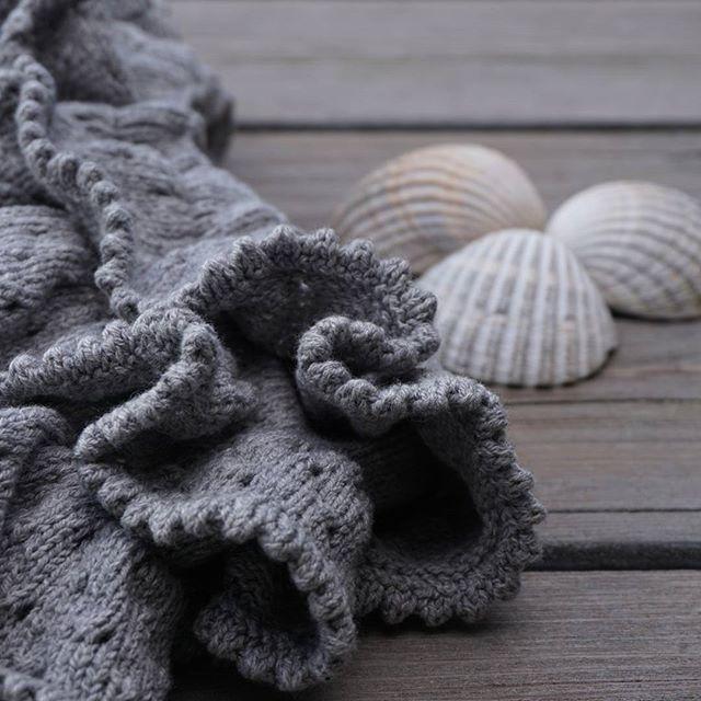 Endnu et par PETITE  BLOOMERS af pindene 🍀 Strikket i #knittingforolivescottonhintofcashmere #bloomers #barnestrikk #babystrik #strikkeglede #knittingforbaby #jentestrikk #petitebloomers #wikn #newpattern #knittersofinstagram #flæser #nevernotknitting #petitesomething